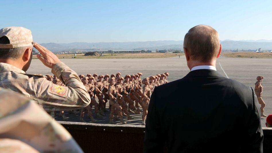 Russlands Präsident Putin bei einer Parade in Hmeimim im Dezember