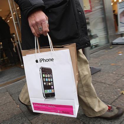 T-Mobile-Kunde mit iPhone-Tasche: Der rosafarbene Riese macht das Apple-Handy billiger