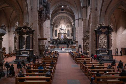 Kirchgänger nehmen im Trierer Dom an einem ökumenischen Gottesdienst für die Opfer teil