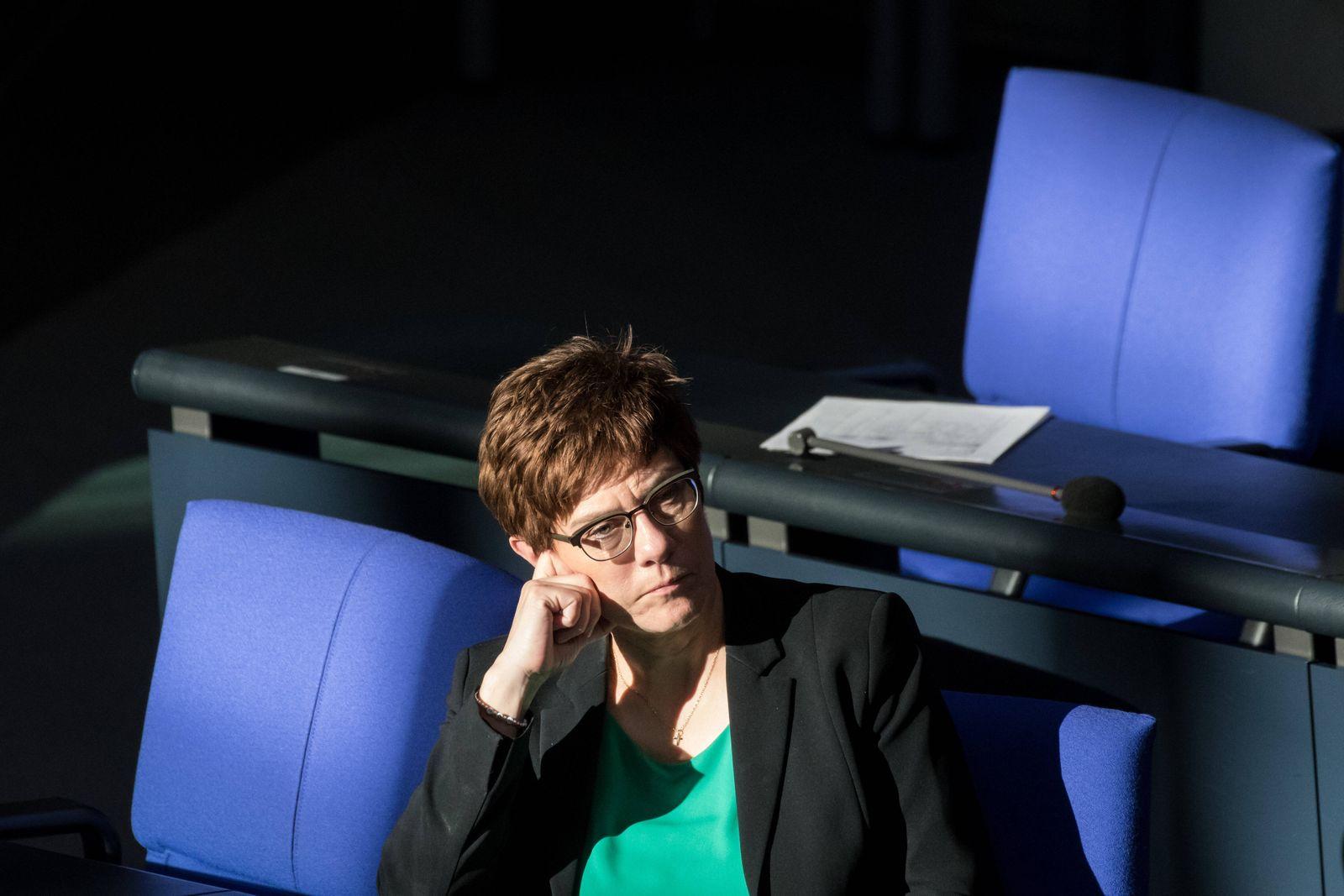 Berlin, Plenarsitzung im Bundestag Deutschland, Berlin - 25.03.2020: Im Bild ist Annegret Kramp-Karrenbauer (Verteidigu