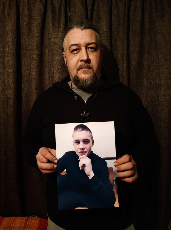Dmitrij Ejder zeigt das Foto seines Sohnes Andrej, der seit 25. November von Moskau gefangenen gehalten wird