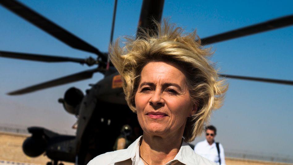 Von der Leyen vor Hubschrauber: Material dient als Kulisse der persönlichen Profilierungsshow