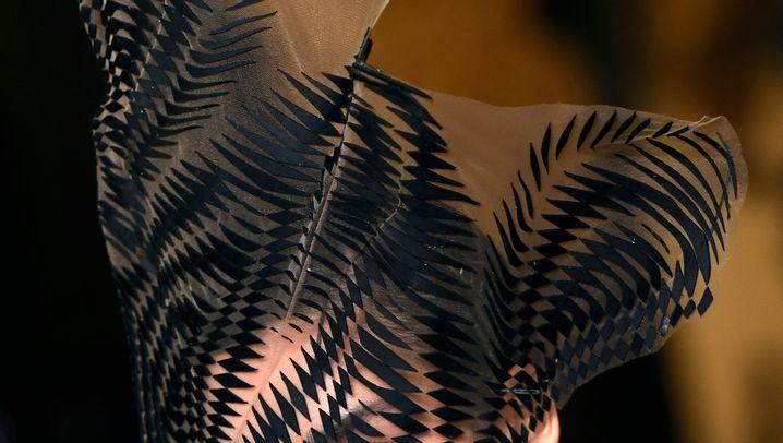 Iris van Herpen: Organische Formen, kunstvolle Schnitte
