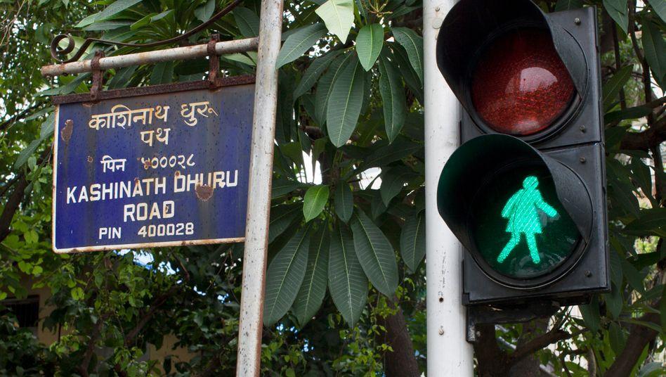 In Mumbai ersetzen jetzt Ampelfrauen teils die traditionellen Ampelmännchen