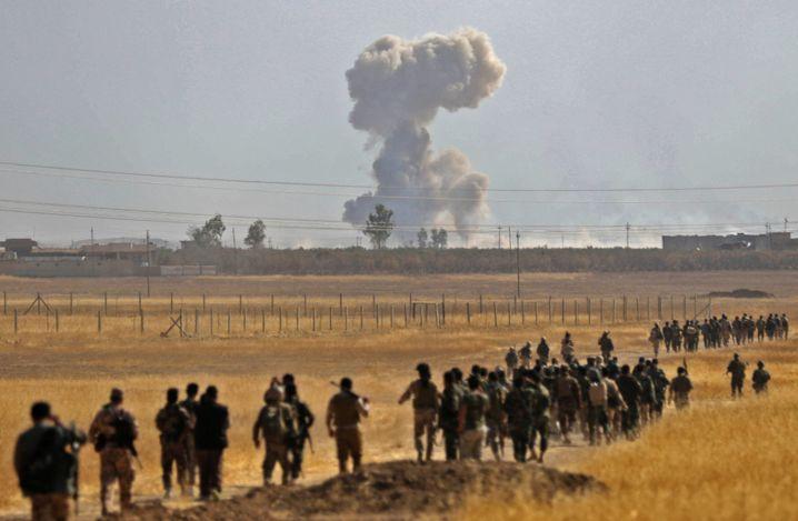 Eine Gruppe marschierender Peschmerga-Kämpfer, etwa 10 Kilometer nordöstlich von Mossul