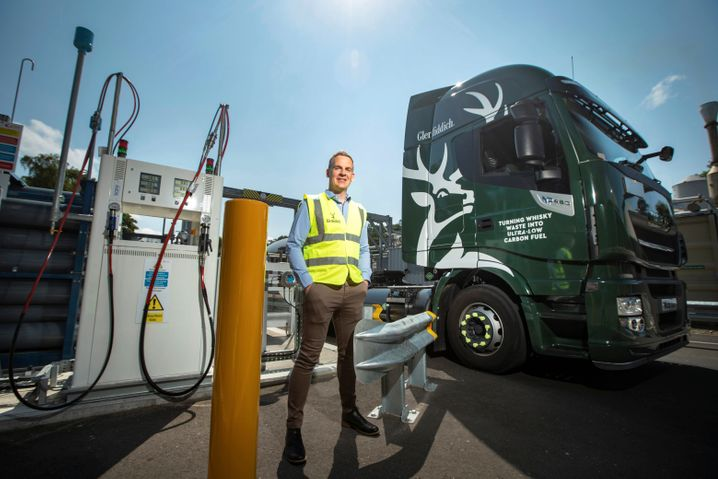 Werksleiter Stuart Watts an der Biogas-Tankstelle von Glenfiddich