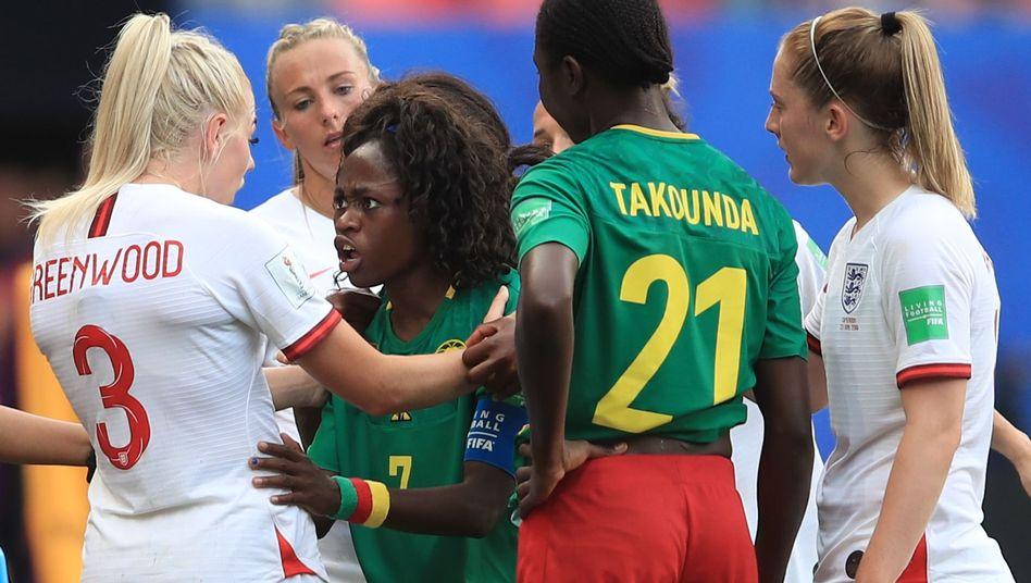 Immer mitten im Geschehen: Kameruns Gabrielle Onguéné (Mitte)