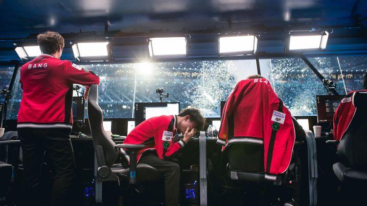 """""""Faker"""" (rechts) in Tränen: Nach dem 4. November 2017, der Final-Niederlage von SKT, wurde alles anders"""