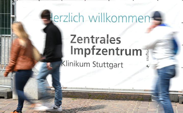 Passanten vor dem Impfzentrum im Klinikum Stuttgart (Archivbild): Wenn Bürger nicht zum Termin erscheinen, müssen Impfdosen teilweise weggeworfen werden