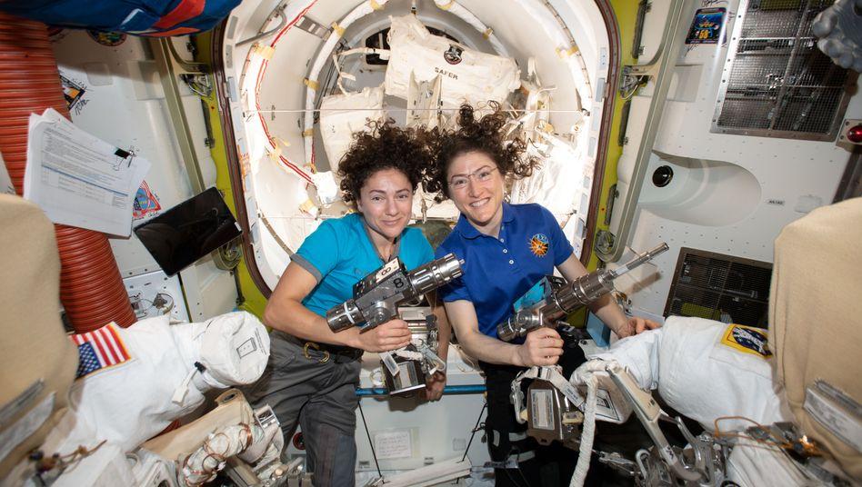 Symbolbild: Die Astronautinnen Jessica Meir und Christina Koch auf der ISS. Bei der Nasa ist die Frauenquote bereits höher als bei der Esa