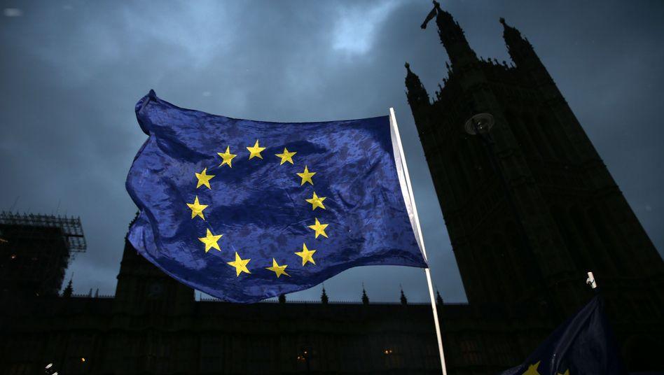 EU-Flagge vor dem Westminster Palace in London