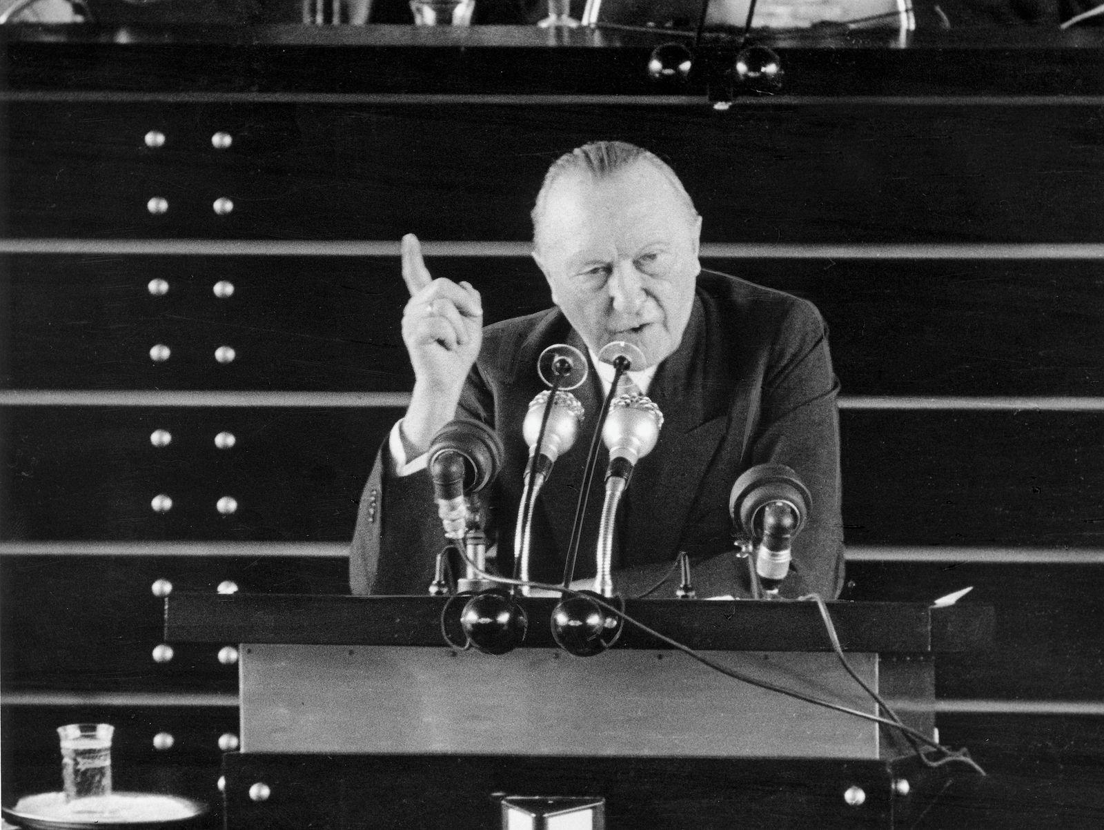Adenauer, Konrad am Rednerpult im Bundestag
