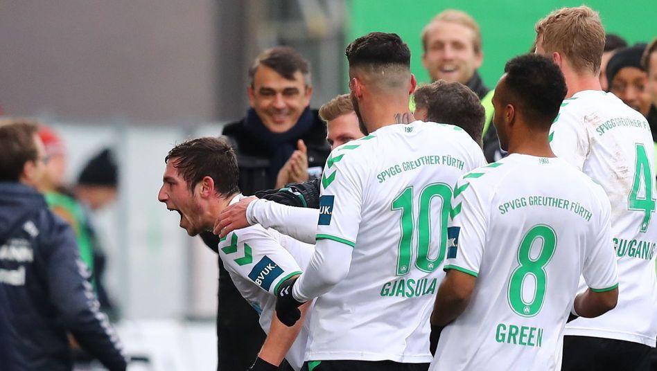 2 Bundesliga Ruckschlag Fur Holstein Kiel Greuther Furth Siegt Im Keller Duell Gegen Darmstadt Der Spiegel