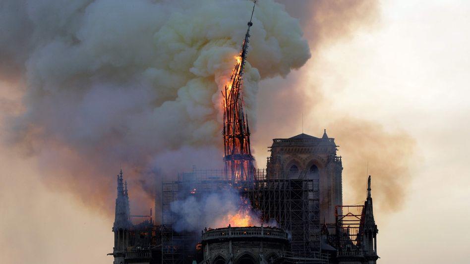 Der Vierungsturm stürzt ein - dramatisches Bild vom verheerenden Brand der Kathedrale Notre-Dame am 15. April 2019