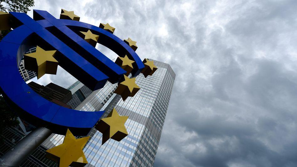 Euro-Skulptur vor EZB: Bankenkrise oder Firmenkrise