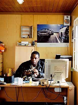 Wie ein Autohändler wie Chukwudi Uzoewulu in Hannover an seine Ware kommt: Er studiert die Kleinanzeigen im Internet und in den regionalen Annoncenblättern