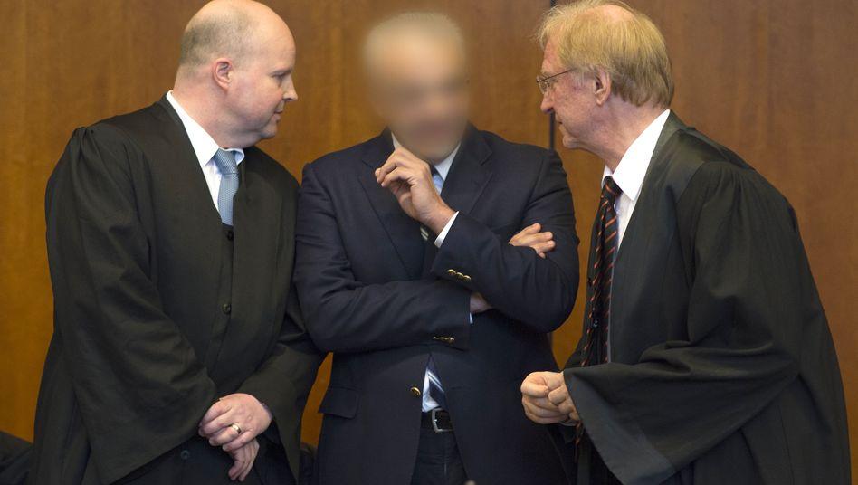 Der freigesprochene Arzt steht im April 2015 im Göttinger Gerichtssaal: 1,1 Millionen Euro Entschädigung