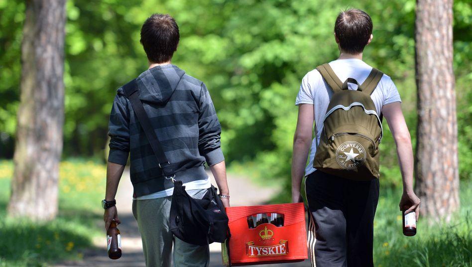 Männer mit Bierkasten