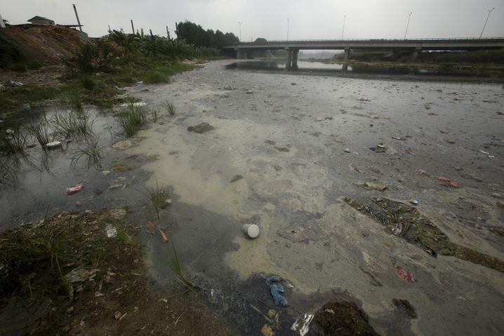 Ngu Huyen, Vietnam: Verschmutzer Fluss vor Hanoi