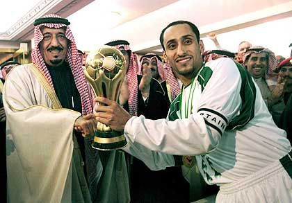 Siegerehrung (nach Golf-Cup 2002): Der Gouverneur von Riad ehrt die saudische Mannschaft