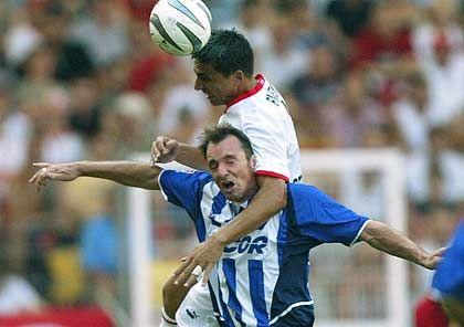 Fernando Meira behält im Luftkampf mit Bart Goor die Oberhand