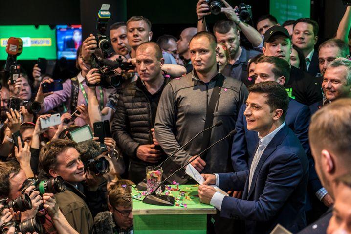Selensky mit Wachleuten und Mannschaft vor Journalisten