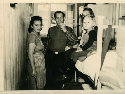Uwe Fitz (auf dem Bett) mit seiner Familie, 1953
