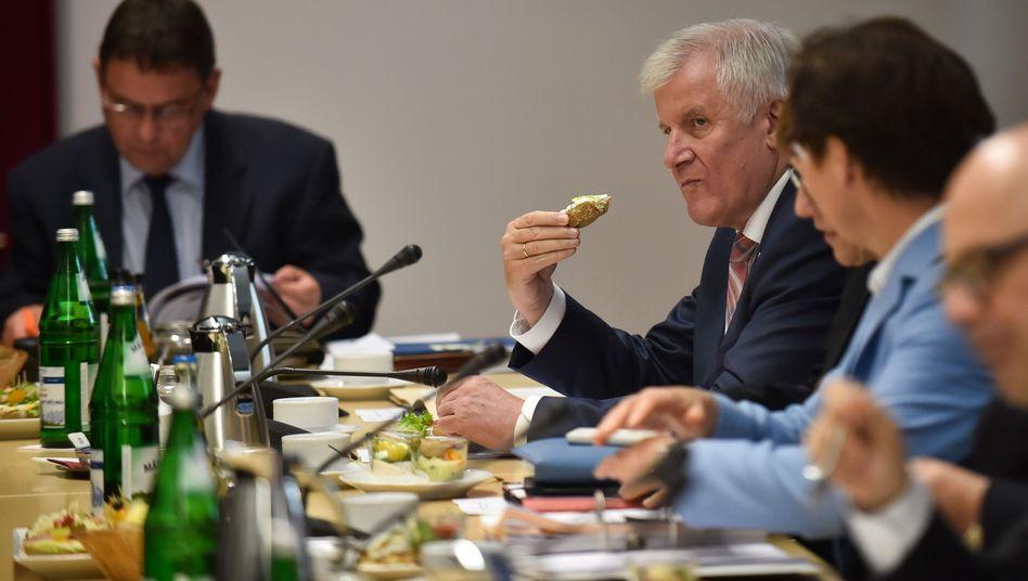 Vermittlungsausschuss (in der Mitte: Horst Seehofer mit Brötchen)