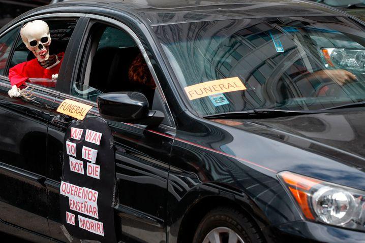 """""""Wir wollen unterrichten, nicht sterben"""": Teilnehmer der Lehrer-Proteste gegen baldige Schulöffnungen in den USA haben ihr Fahrzeug im Stil eines Leichenwagens präpariert"""