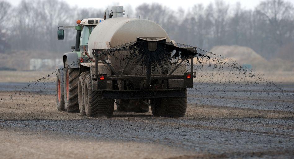 Ein Feld in Niedersachsen wird gedüngt: Es geht um Geld
