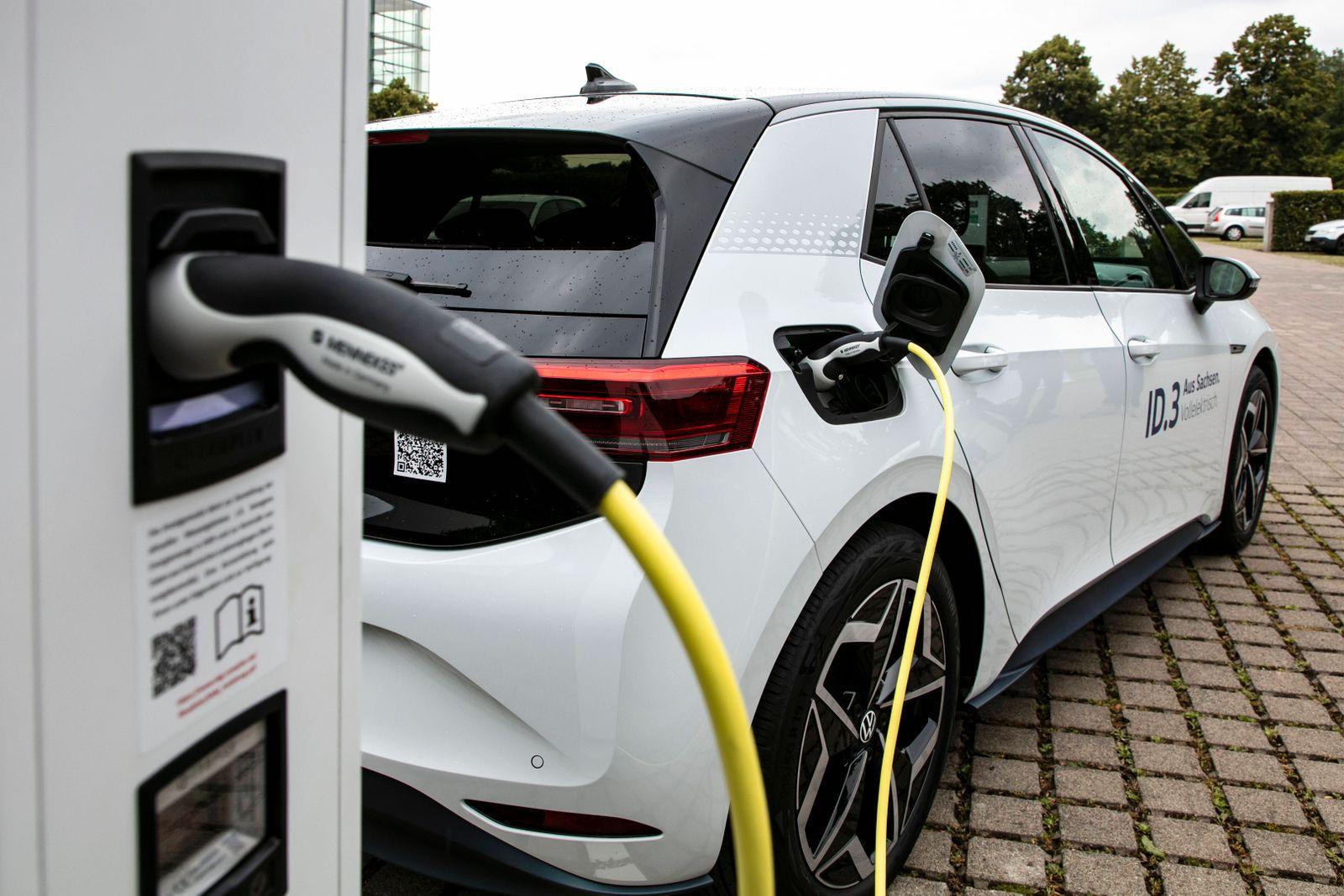 Die Gläserne Manufaktur von Volkswagen in Dresden eröffnet einen der größten Ladeparks für Elektroautos in Sachsen. ***