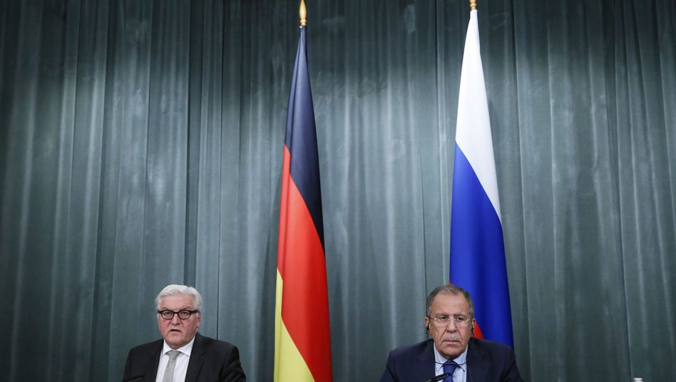Minister Steinmeier (l.) und Lawrow: Verlängerter Kurzbesuch