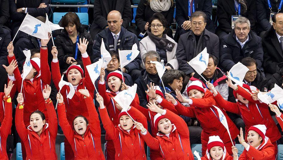 Nordkoreanische Delegation mit IOC-Chef Bach (3.v.r.) im Hintergrund
