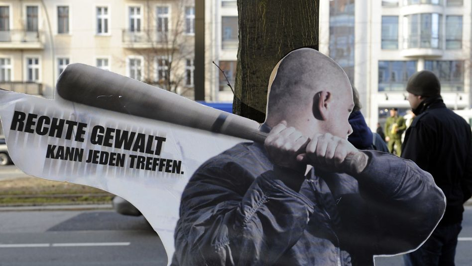 """""""Rechte Gewalt kann jeden treffen"""" steht auf einem Pappaufsteller in Berlin (Archivbild)"""