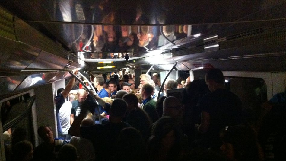 Überfüllte S-Bahn in Hamburg: Bei einem Notstopp gerieten Passagiere in Panik