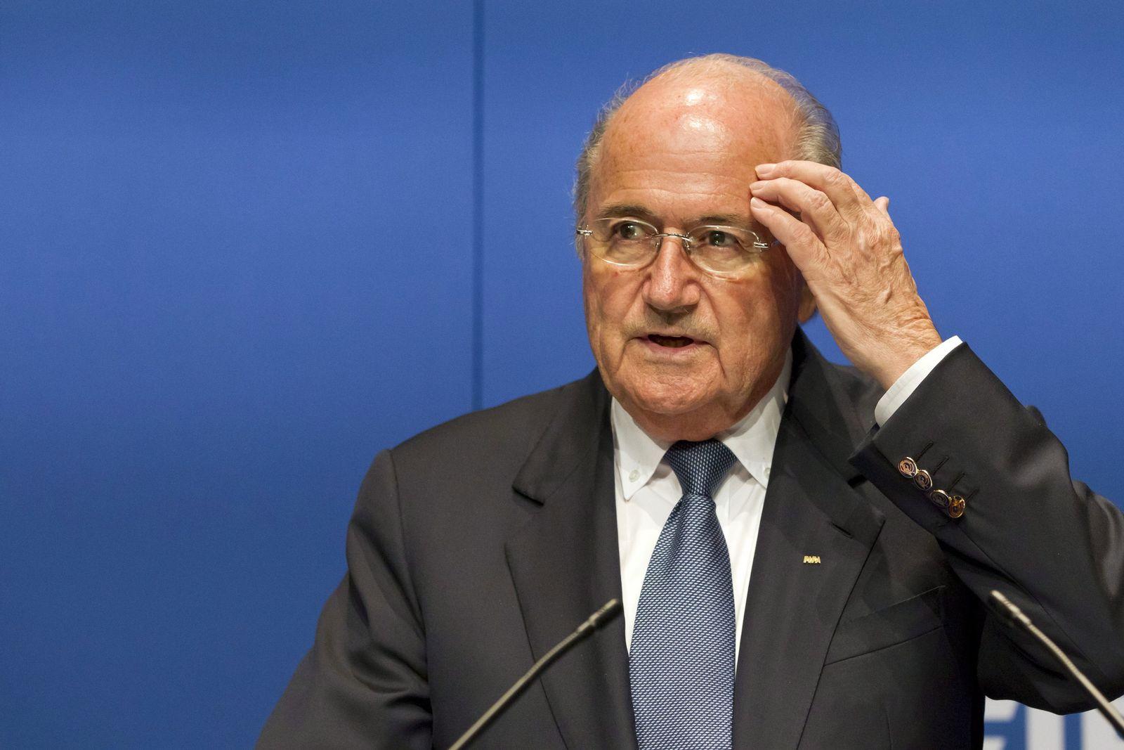 Blatter kratzt sich am Kopf