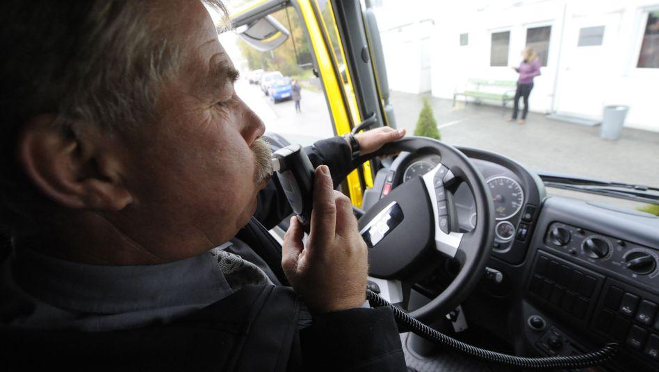 Ein Alkolock-Gerät in einem Lkw. Das System verhindert ein Starten des Motors, wenn der Fahrer unter Alkoholeinfluss steht.