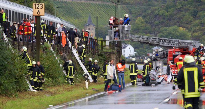 Einsatzkräfte an einem entgleisten Intercity in St. Goar im Rheintal