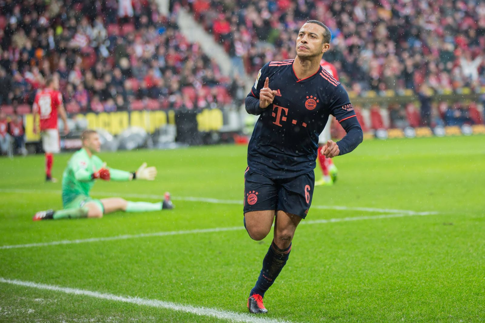 1. FSV Mainz 05 - FC Bayern Muenchen, 1. FBL Tor fuer Muenchen zum 0:3 durch Thiago (FC Bayern Muenchen, 6), der den am