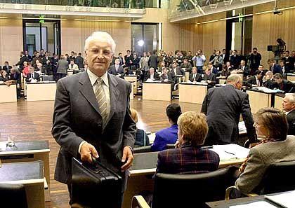 Kanzlerkandidat Stoiber im Bundesrat: Große Ideen-Koalition mit Altkanzler Helmut Schmidt