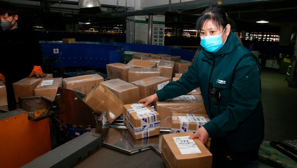 Paketzentrum in Jinan: Chinesische Onlinehändler zahlen auf Verkäufe in Deutschland oft keine Umsatzsteuer