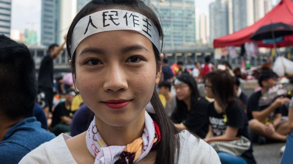 """Sandy ist 22 Jahre alt: Auf ihrem Stirnband steht """"Die Bürger sollen entscheiden"""""""