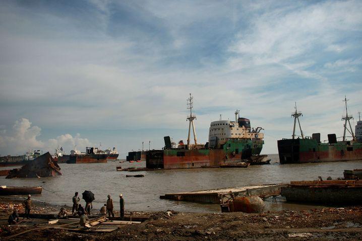 Schiffswracks am Strand von Chittagong (Bangladesch)