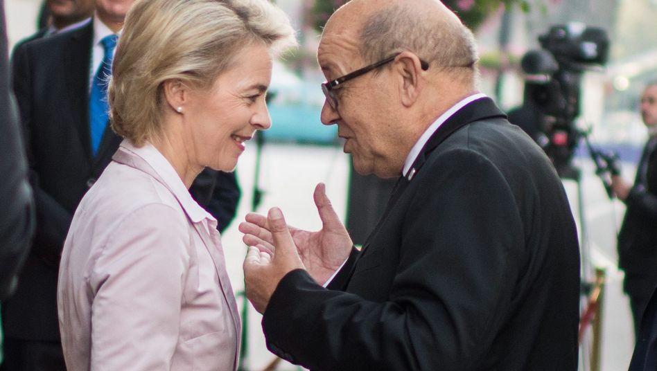Ministerin von der Leyen in Bratislava und Kollege Le Drian