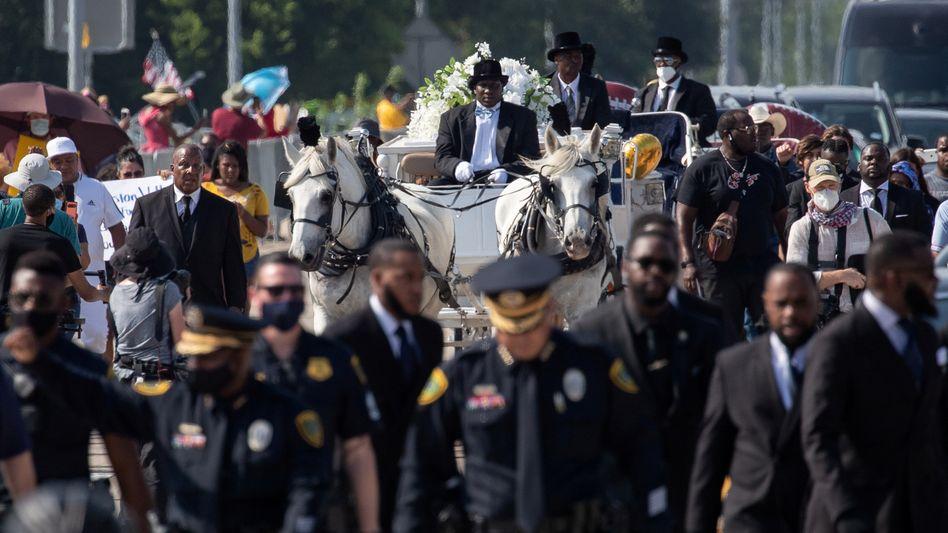 Solidarische Eskorte: Trauernde Polizeibeamte begleiten den Sarg George Floyds zum Friedhof