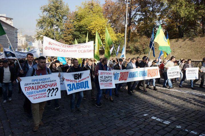 """Ilja vorne l. mit Plakat in Kiew: """"Herr Präsident, braucht das Land kein funktionierendes Hafenwerk Odessa???"""""""