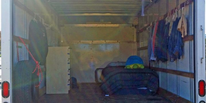Spartanische Unterkunft: Brandons Truck von innen
