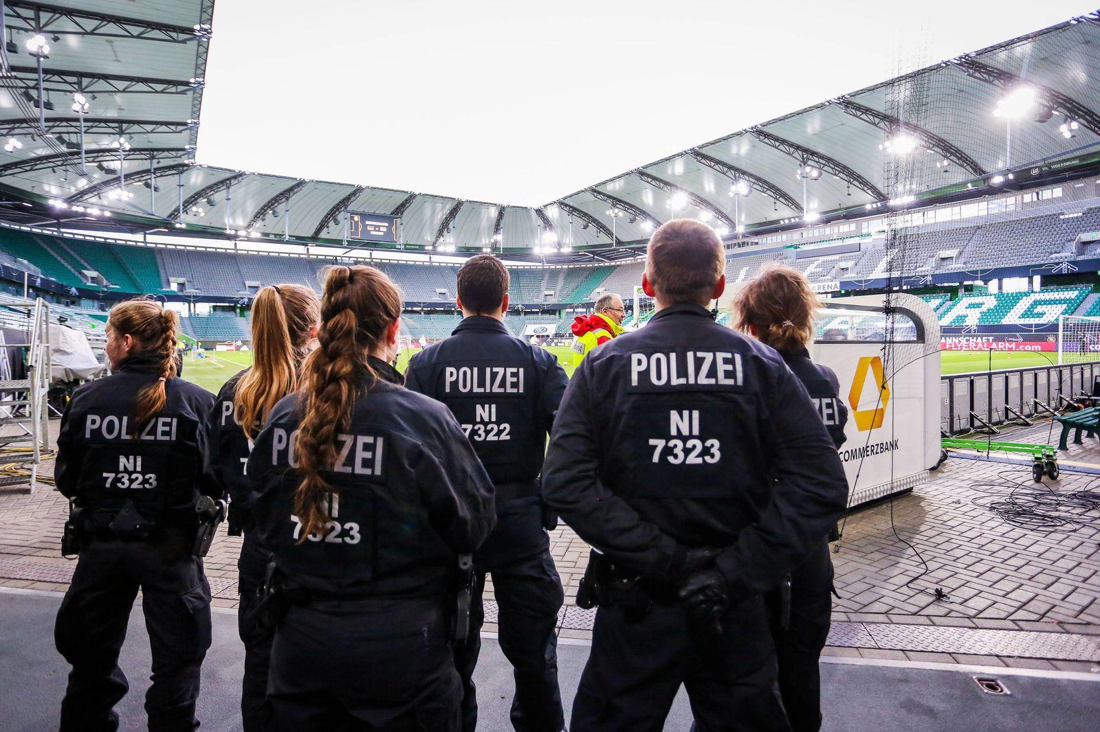 Die Polizei sichert das Abschlusstraining der Deutschen Nationalmannschaft in der Volkswagen Arena