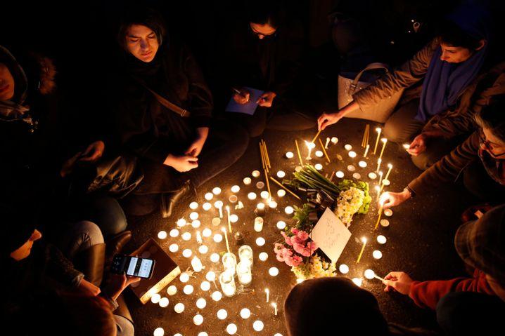 Trauer um die Opfer: Iraner zünden Kerzen in Gedenken an die beim Absturz getöteten Passagiere an