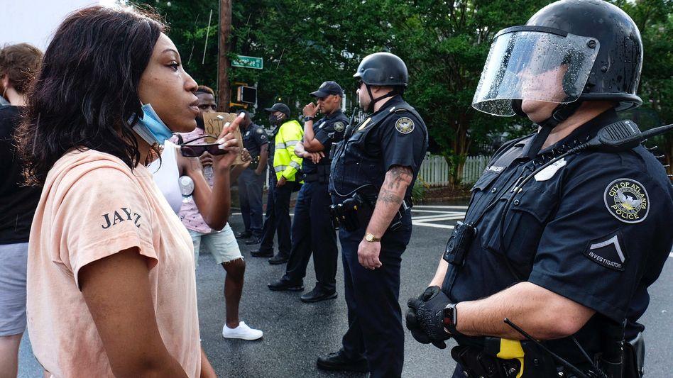 In Atlanta steht eine Demonstrantin vor einem Polizisten